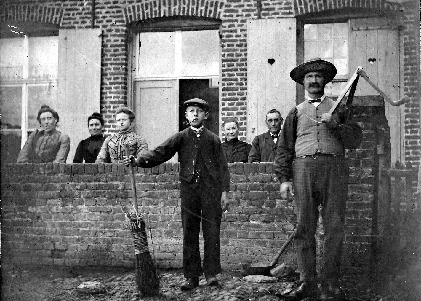 Au Coeur des Hotes famille Dumont exploitant la ferme en 1930